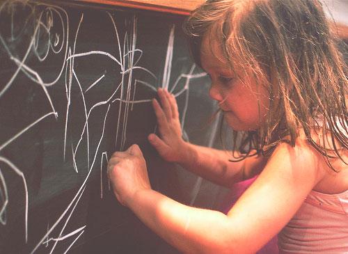 child-writing-chalk